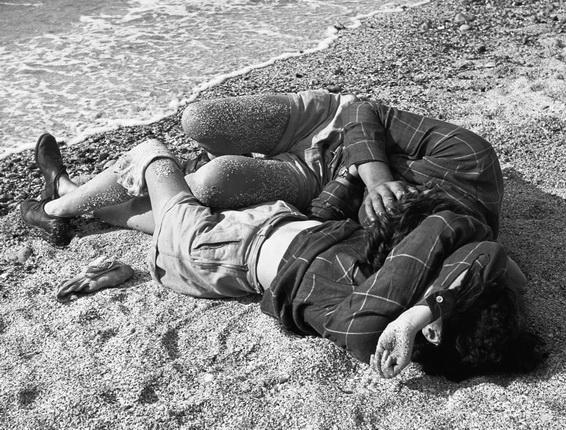 Пьер Жаме. Влюбленные на пляже в Трувиле (Франция), 1954. © Collection Corinne Jamet