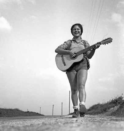 Пьер Жаме. Дина, играющая на гитаре, 1937. © Collection Corinne Jamet