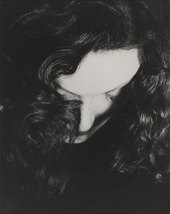 Эрвин Блюменфельд. © The Estate of Erwin Blumenfeld. Портрет Манины Жуффруа. Работа приобретена Ивом Роше из коллекции Кристиана Букре для Цента Помпиду, 2011. Коллекция Центра Помпиду, Париж. Государственный музей современного искусства – Центр индустриального творчества