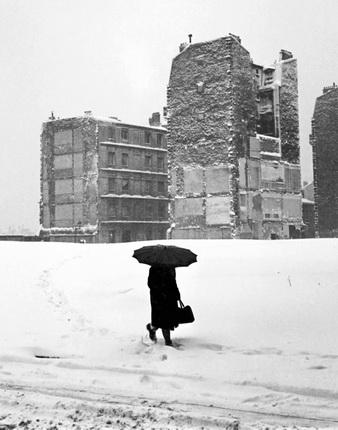 Пьер Жаме. Женщина с зонтом. Париж, 1945. © Collection Corinne Jamet