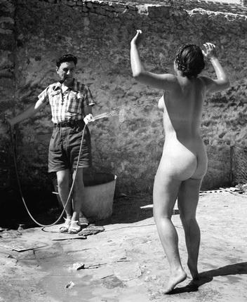 Пьер Жаме. Дина под струей воды. Молодежная коммуна в Вильнев-сюр-Оверс (Франция), 1937. © Collection Corinne Jamet