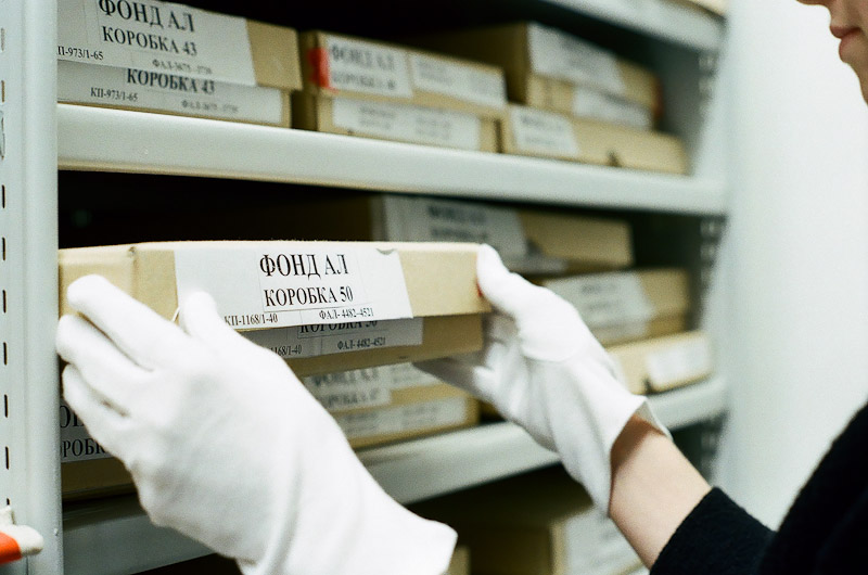 Up to one hundred thousand items are stored in the museum archives. Negatives, prints, cards, stereo images and diverse printed matter. The curators are each responsible for their own section
