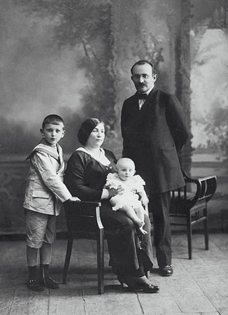 Studio of B.Podolski and M.Zuev. Portrait of Kharbin Family. 