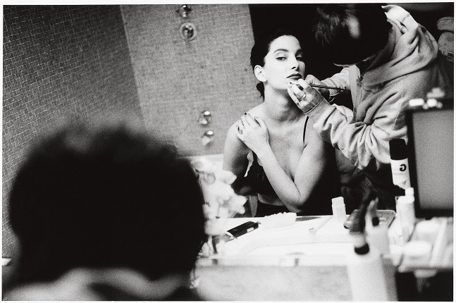 Stanley Greene. Meredíte being made up. France, Paris, 1988. Stanley Greene / NOOR