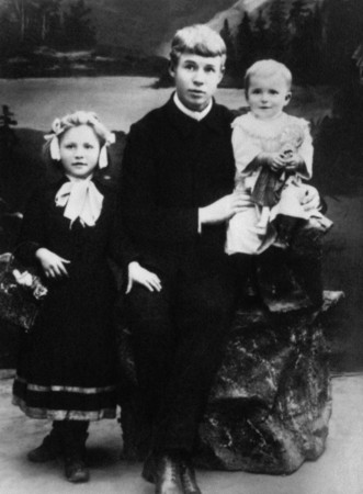 Sergey Yesenin with sisters. Moscow.