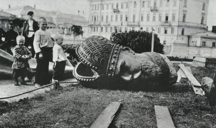 Unknown author. Removal the Alexander III monument  in Moscow. 1918. Moscow House of photography