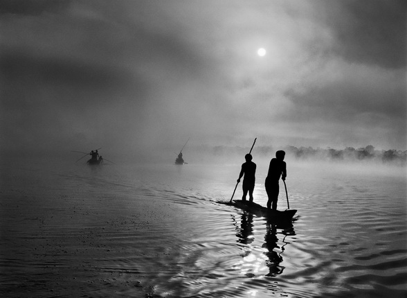 A group of Waura Indians fish in the Puilanga Lake near their village. 