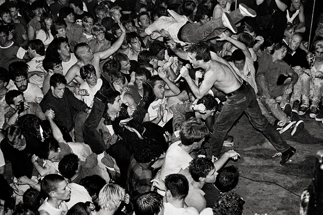 Stanley Greene. Jello Biafra of the Dead Kennedys performs California Über Alles, Mabuhay Gardens, North Beach, San Francisco, 1978. Stanley Greene / NOOR