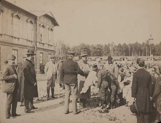 Spala. Emperor Alexander III with a delegation of local residents. [1886].